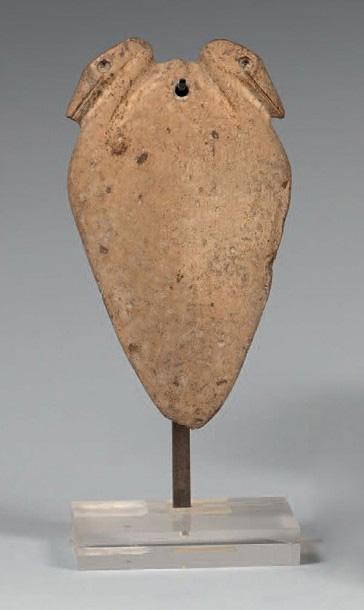 1250€Égypte, période prédynastique. Palette à fard, calcaire, 11x8cm. Drouot, 17novembre 2015.Beaussant LefèvreOVV.