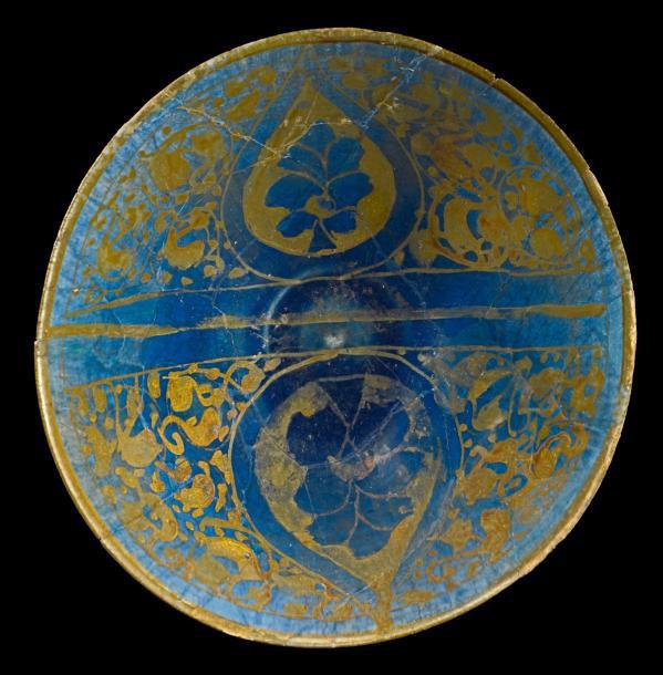9294€Syrie, fin du XIe-début du XIIesiècle. Coupe en céramique siliceuse de type Tell Minis, à décor à reflets métalliques de palmettes sur fond de