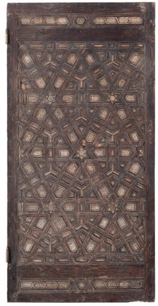 4400€Égypte ou Proche-Orient ottoman, probablement seconde moitié du XIXesiècle. Grande porte à décor géométrique dans le style mamelouk, bois, os,