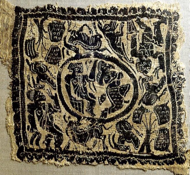1487€Égypte, époque copte (337-641). Carré de dalmatique orné d'un médaillon avec deux personnages dansant, des animaux et arbres ainsi que palmiers
