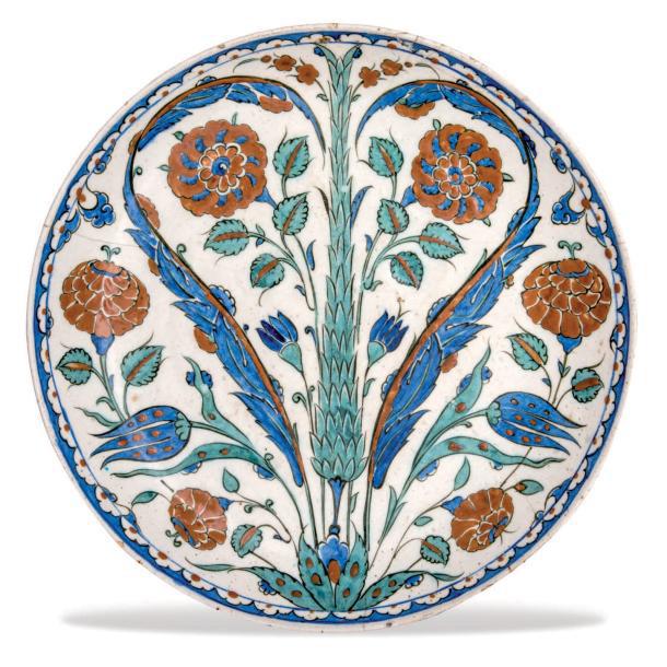 76880€Iznik (Anatolie, Turquie), seconde moitié du XVIesiècle. Plat (sahan) en céramique à pâte siliceuse à décor peint en polychromie d'un cyprès