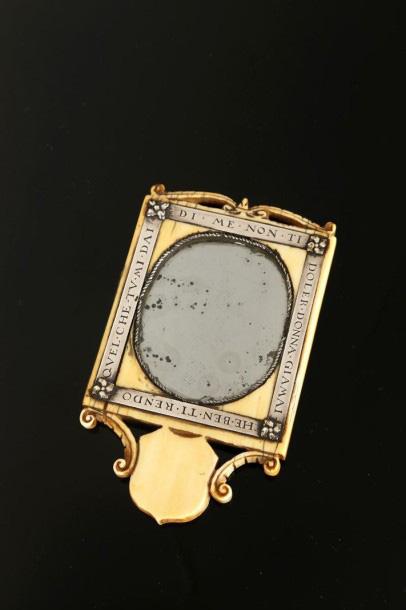 75600€Italie, XVIesiècle. Miroir de poche ou de ceinture présumé de Léonard deVinci (1452-1519), ivoire, métal, argent, 12,1x7,2x0,8cm. Drouo