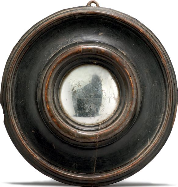 1476€Flandres, XVIe siècle. Miroir bombé, bois noirci, traces de dorure, diam. du cadre 29cm, diam.du miroir 9,5cm. Drouot, 24mai 2013.AguttesO
