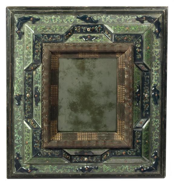 13500€Venise, XVIIe siècle. Miroir «à bordure en glace», verre blanc et bleu gravé sur âme de bois, 58x51x6cm.Drouot, 1erjuin 2012. AguttesOV
