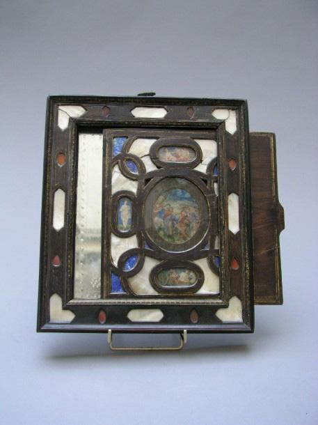 4500€Italie, XVIIe siècle. Miroir secret en placage de palissandre, à motifs de lapis-lazuli, cornaline et nacre, 30,2x26,5cm. Drouot, 18décembr