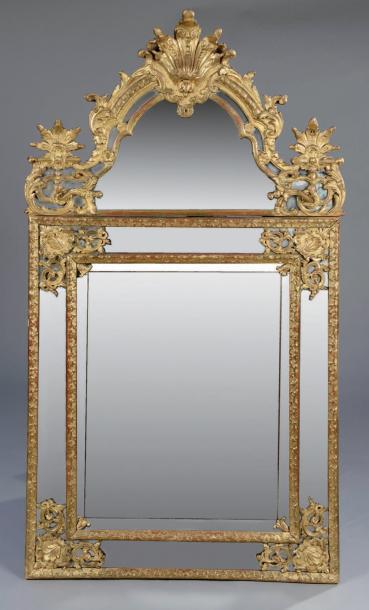 8125€Époque Régence. Miroir à parcloses en bois doré et sculpté, décor de baguettes à la Bérain, 159,6x87,5cm.Drouot, 18décembre 2013.Brissonnea