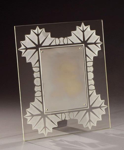3188€Attribué à René Lalique (1860-1945), miroir à encadrement en verre moulé-pressé, à décor dégagé au sable de motifs floraux stylisés, 40x34cm