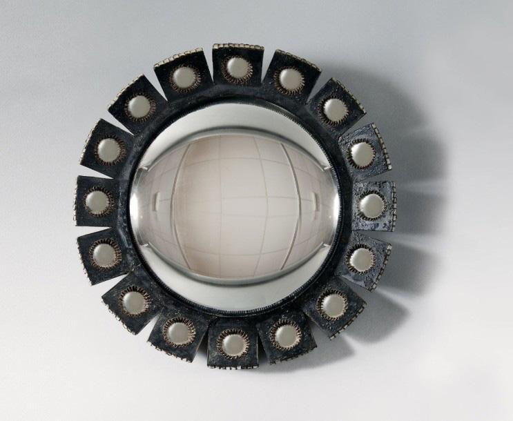 375000€Line Vautrin (1913-1997), années 1950/1960, miroir sorcière «Mazarine» à encadrement en talosel noir, diam.43cm. Fontainebleau, 26mars 201