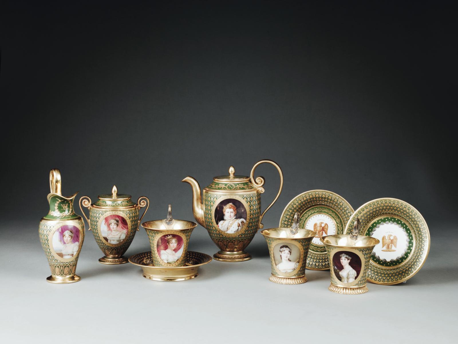 Manufacture impériale de Sèvres, porcelaine dure, vers 1812, cabaret orné des «portraits des princesses de la famille impériale», peint par Jaquotot