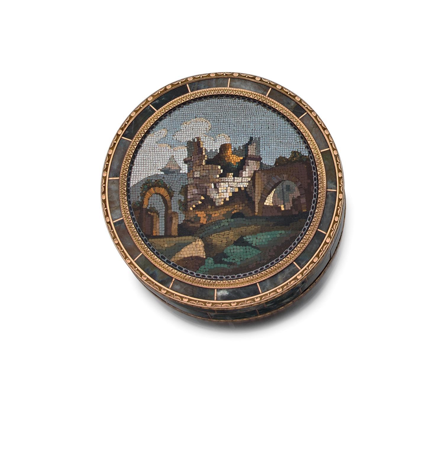 Travail romain, vers 1790, poinçons de Vienne, 1795. Tabatière ronde en marqueterie de labradorite et monture en or, le couvercle en micromosaïque, di