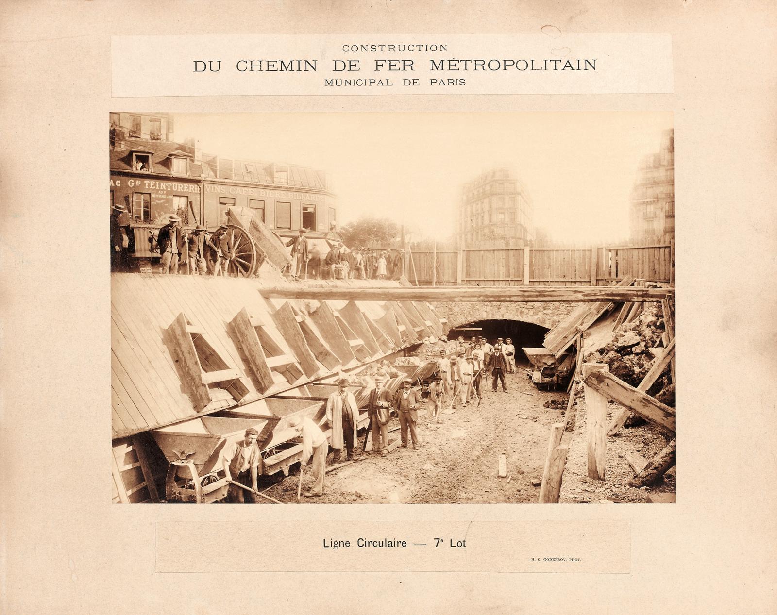 Album de 79photographies sur la construction du métropolitain parisien, collées, de différents formats, in-4°. Paris, Drouot-Richelieu, 5avril2011.