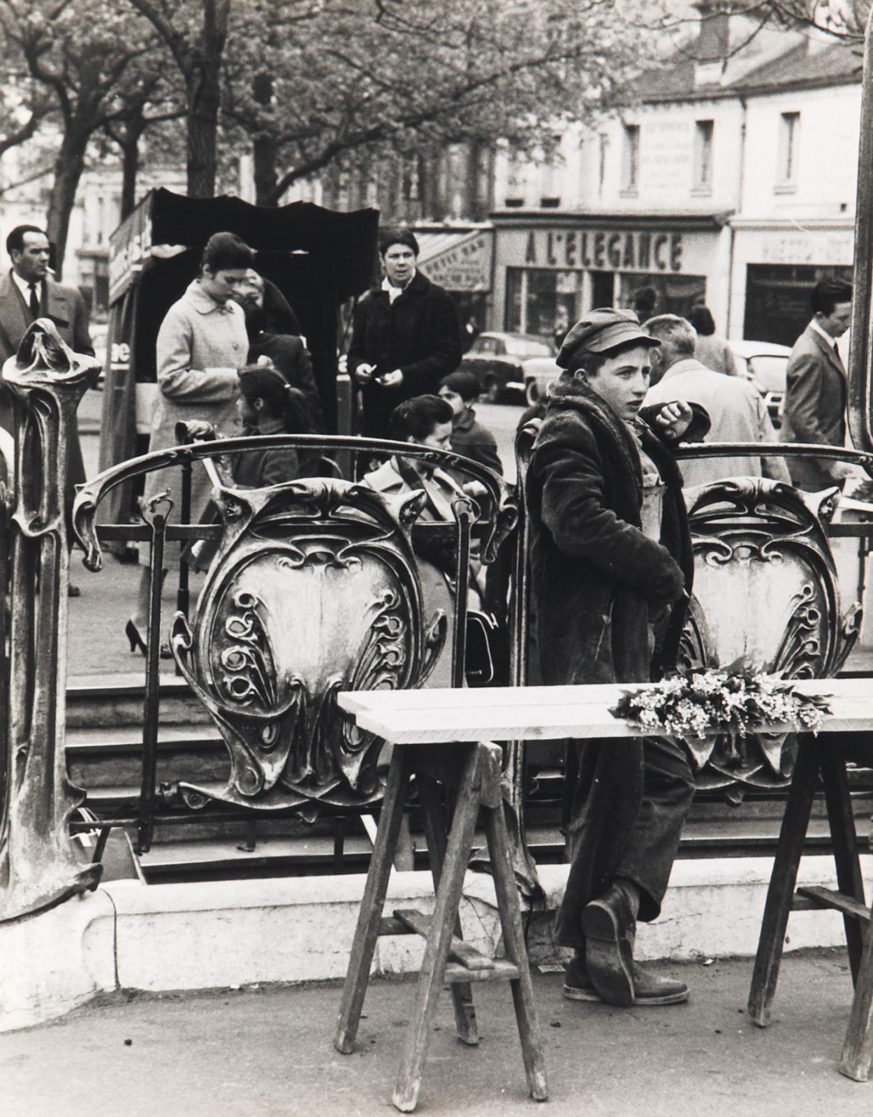 Israëlis Bidermanas, dit IZIS (1911-1980), Près du métro, place d'Italie, Paris, 1ermai 1968, tirage argentique d'époque, 28,2x21,5cm. Paris, Drou
