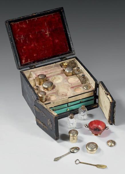 3720€Augsbourg, XVIIe siècle, pharmacie de voyage, vermeil, verre, ambre, cuir, laiton, 15,5x23x18cm. Drouot, 3décembre 2014.Thierry de Maigre