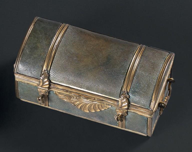 1778€Écritoire de voyage à l'imitation d'une petite malle de voyage, vers 1760, bronze ciselé et doré, peau de roussette, 4,8x9,5x4,7cm. Drouot