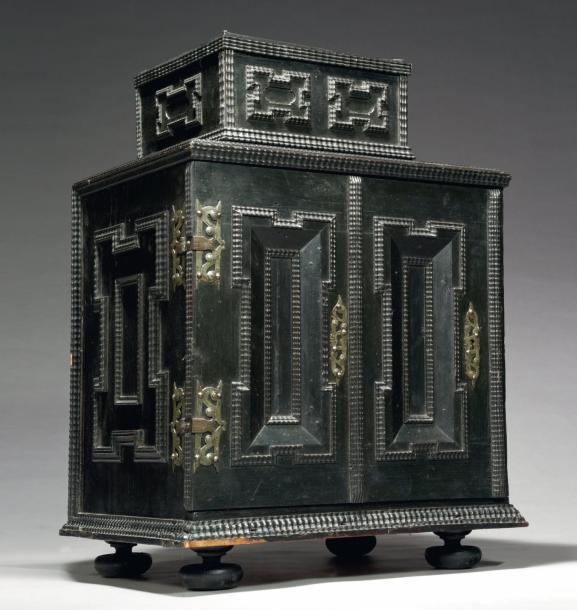 2550€Europe centrale, XVIIe siècle, cabinet de voyage, ébène et bois noirci, 82x56x42cm. Drouot, 1erjuin 2012.AguttesOVV.