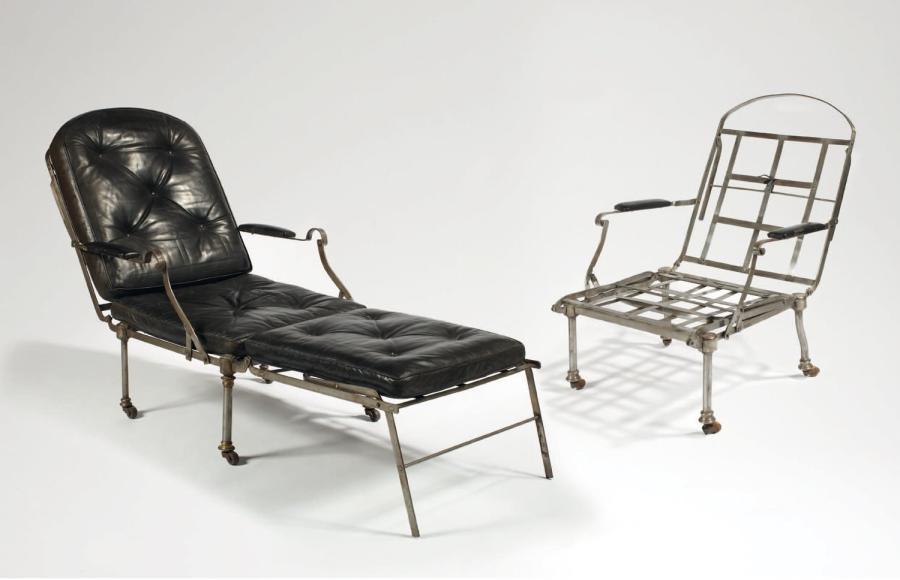18706€Paire de fauteuils d'officier pouvant former lit de camp, début du XIXe siècle, fer forgé et métal vernis, 99,5x60x60cm. Drouot, 29 avril