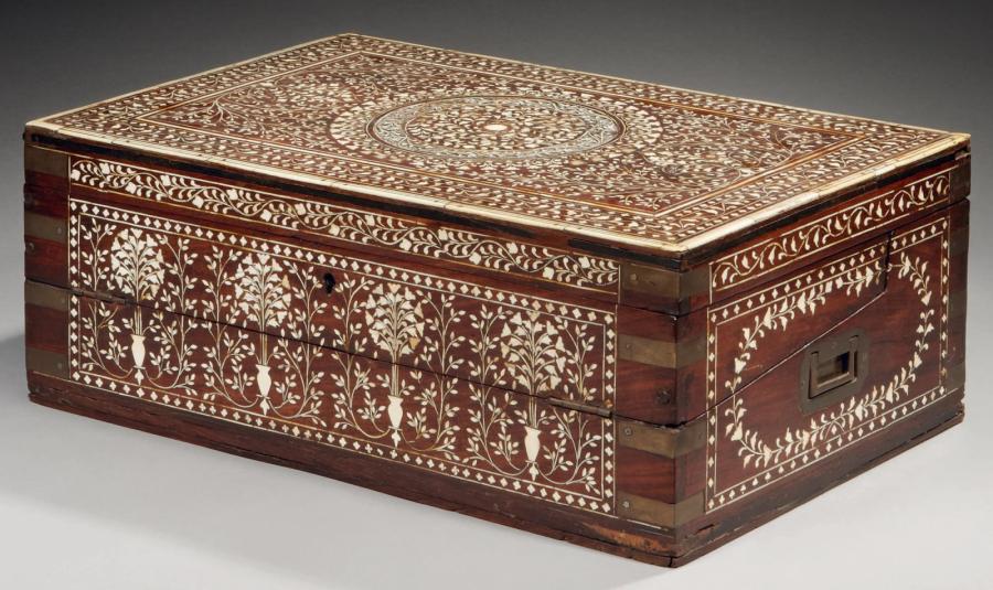 3581€Inde du Nord, vers 1850, coffre de voyage, palissandre incrusté d'ivoire, cuivre, 45,5x17x30cm. Drouot, 11 décembre 2013.MillonOVV.