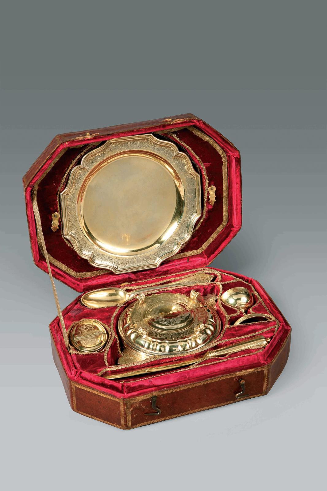 22500€Rome, 1734-1752, nécessaire de voyage, argent doré et ciselé, veau, diam.: 19,5cm. Drouot, 7 avril 2011.Gros & DelettrezOVV.