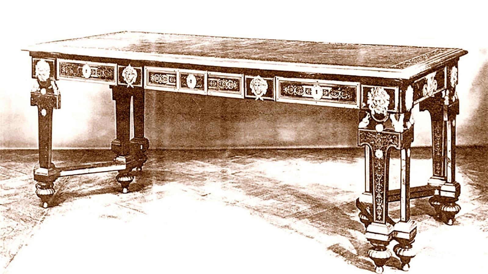 Bureau, lot n° 711 de la vente Julliot en 1777, puis vente Leboeuf en 1783 ; commerce de l'art, Londres, 1960. Une comparaison avec un bureau de Ment