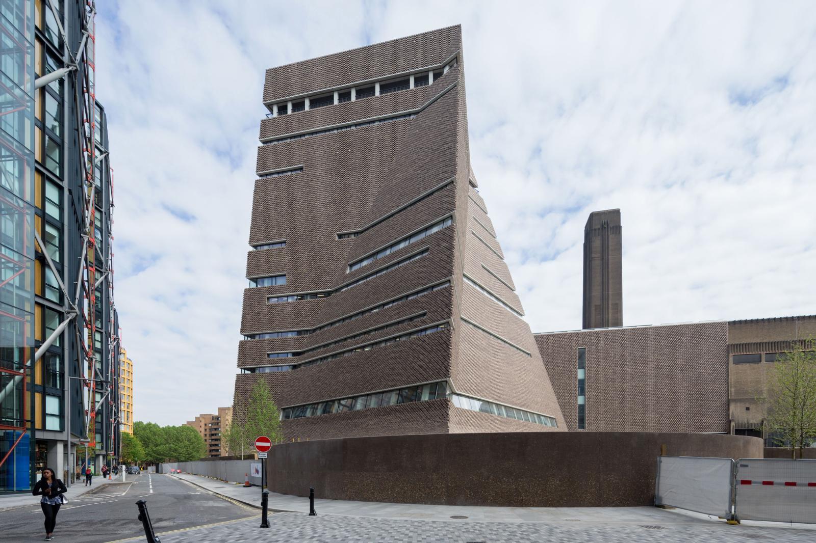 Switch House, une tour pyramidale et octogonale réalisée par le cabinet d'architectes suisses Herzog& DeMeuron.