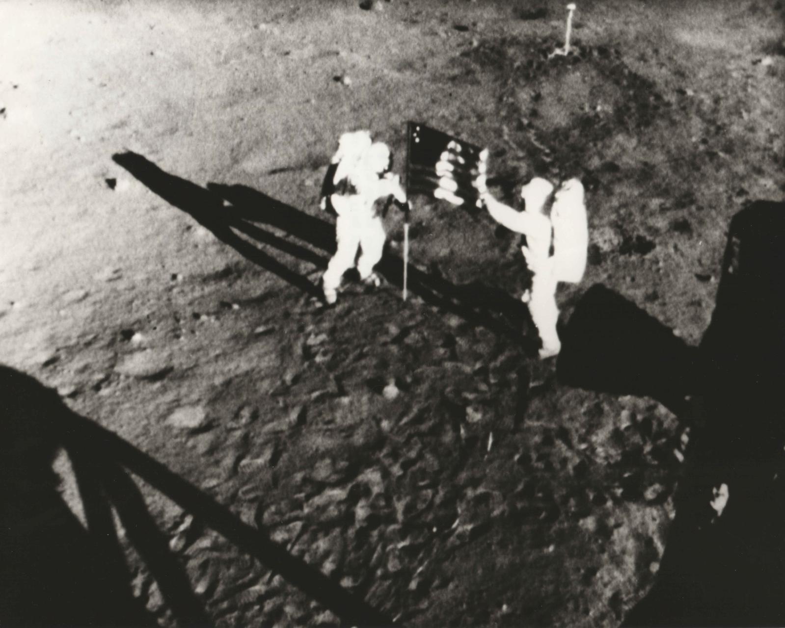 Nasa, juillet 1969, Neil Amstrong et Buzz Aldrin, tirage chromogénique postérieur, vers1976, sur papier Kodak, 24,3x19,3cm. Paris, Drouot-Richelie