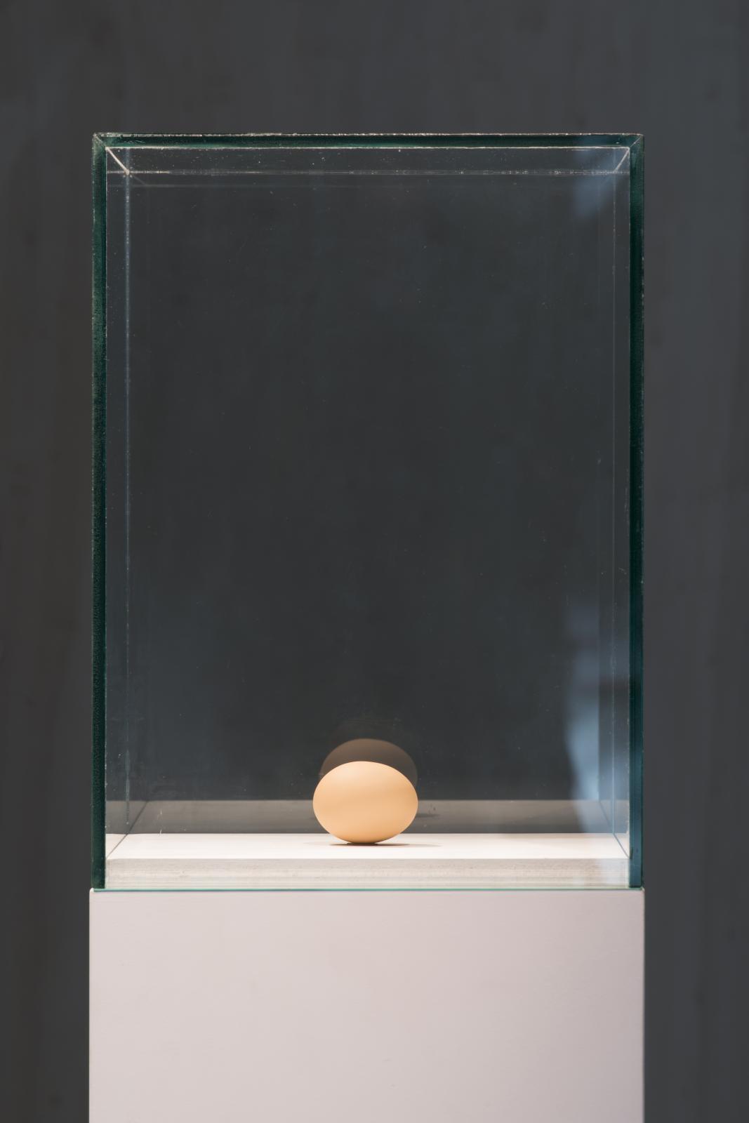 Ugo Rondinone (né en 1964), Still Life (One Egg), 2012, bronze, plomb, peinture, 4,8x4,8x6,3cm.