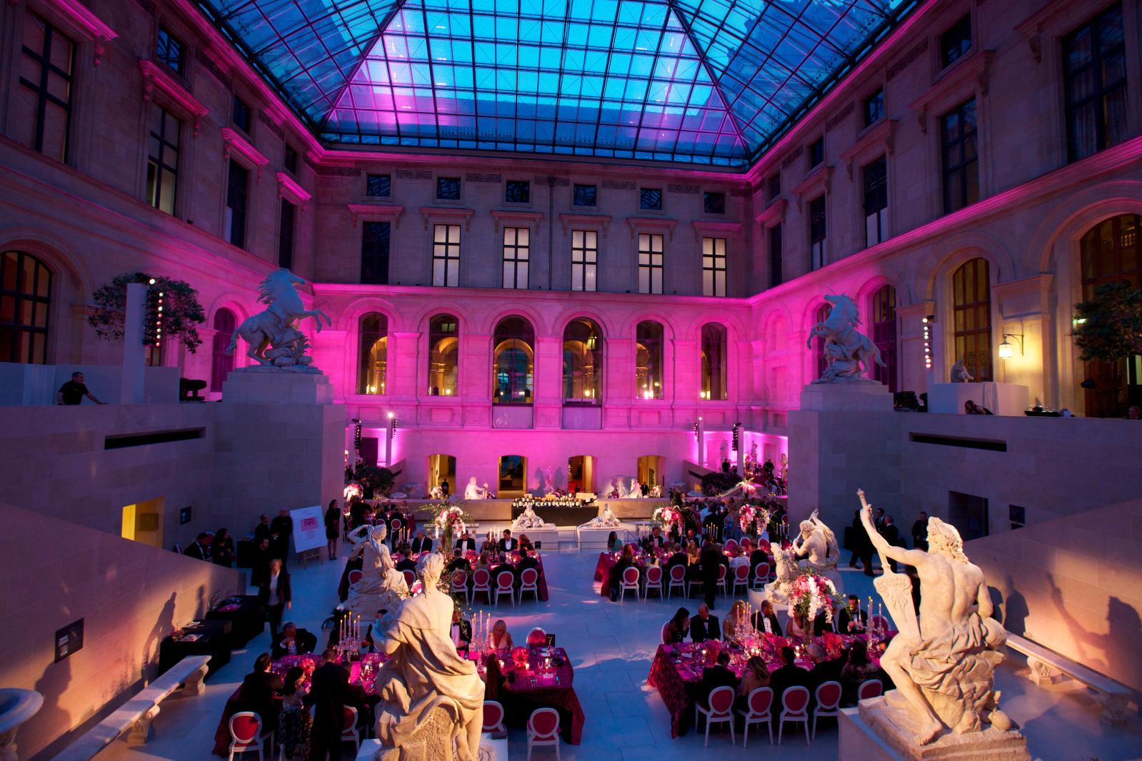 Soirée de gala «Liaison» au Louvre, sous la pyramide, en 2011.
