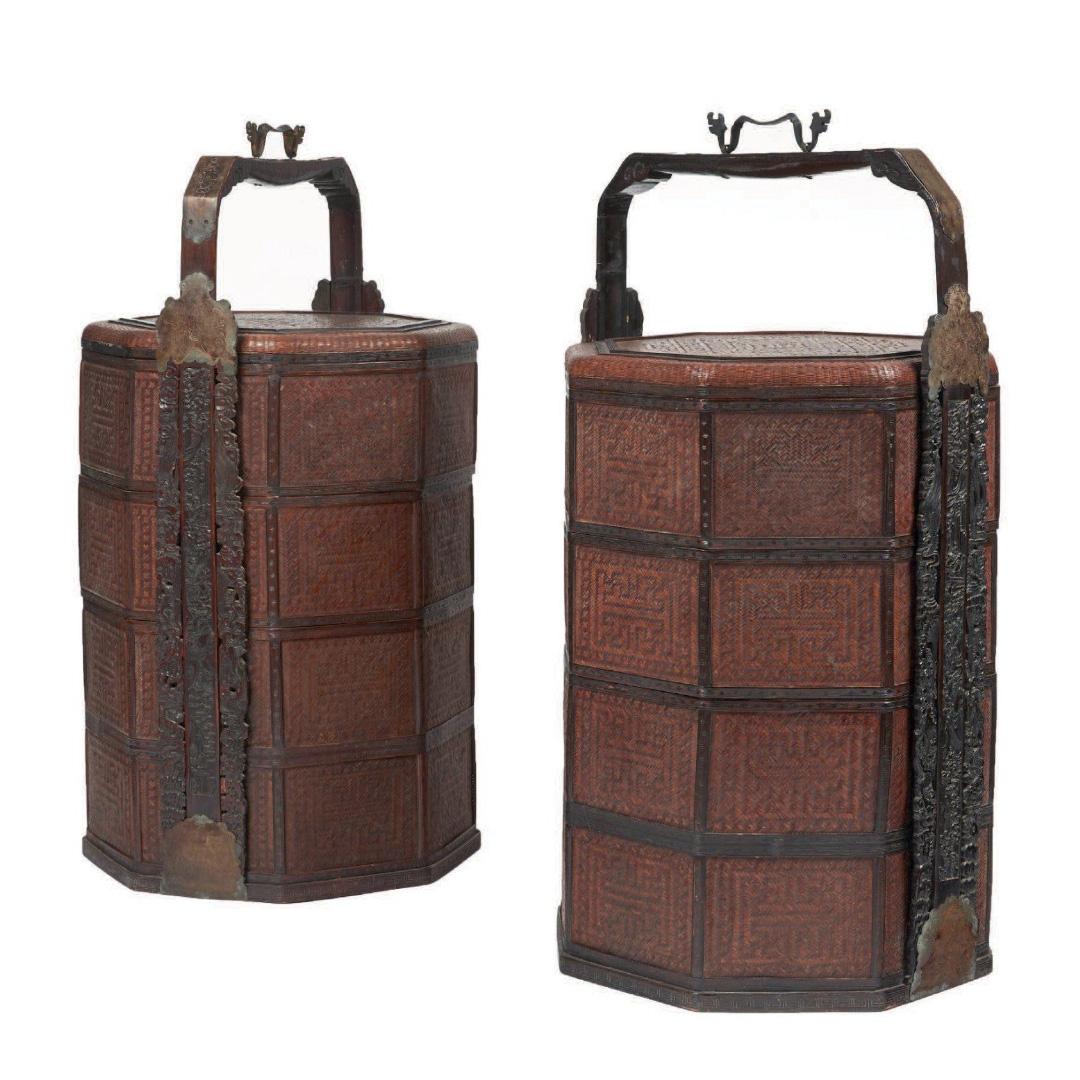 4340€ Travail chinois, XIXesiècle. Paire de paniers à pique-nique compartimentés en vannerie de forme octogonale. Prise à décor sculpté de dragons,