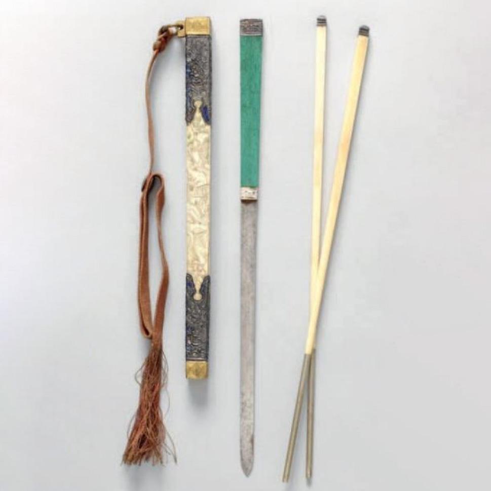 2400€ Travail chinois, XIXesiècle. Nécessaire à pique-nique en os et cuivre doré, à décor gravé d'immortels, l.26cm. Paris, Drouot-Richelieu, 29