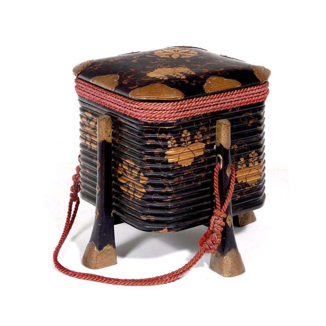 499€ Travail japonais, époque Edo. Hokkai-Bako, boîte à pans coupés et à décor doré de feuilles stylisées reposant sur des pieds incurvés, h.29cm,