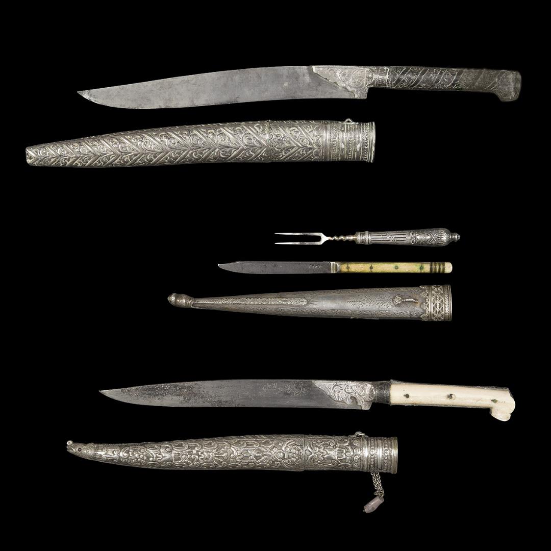 475€ Travail ottoman, XIXesiècle. Nécessaire à pique-nique comprenant une fourchette à manche en argent moulé et un couteau à manche en os. On y joi