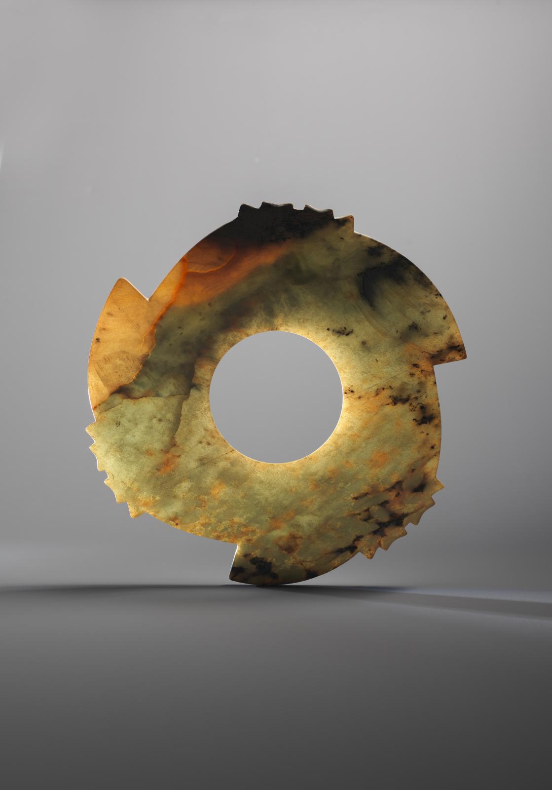 Chine, fin du néolithique, période Shang, 2000-1500 av. J.-C. Disque cranté en jade, archaïque. COURTESY GALERIE ESKENAZI