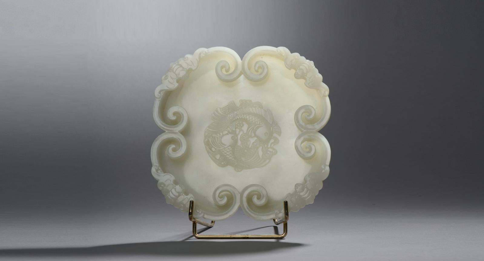 Chine, dynastie Qing, époque Qianlong (1736-1795). Coupe en jade blanc à décor de quatre ruyi accolés sur le pourtour, chacun surmonté d'une chauve-so