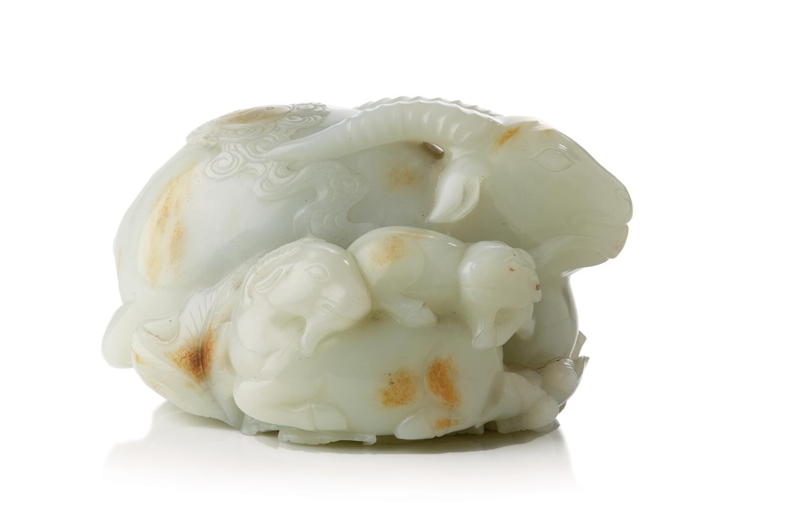 Chine, XVIIIe-XIXesiècle. Groupe en jade clair sculpté avec traces de rouille représentant un grand bélier couché, sur son dos une frise de nuages, 1