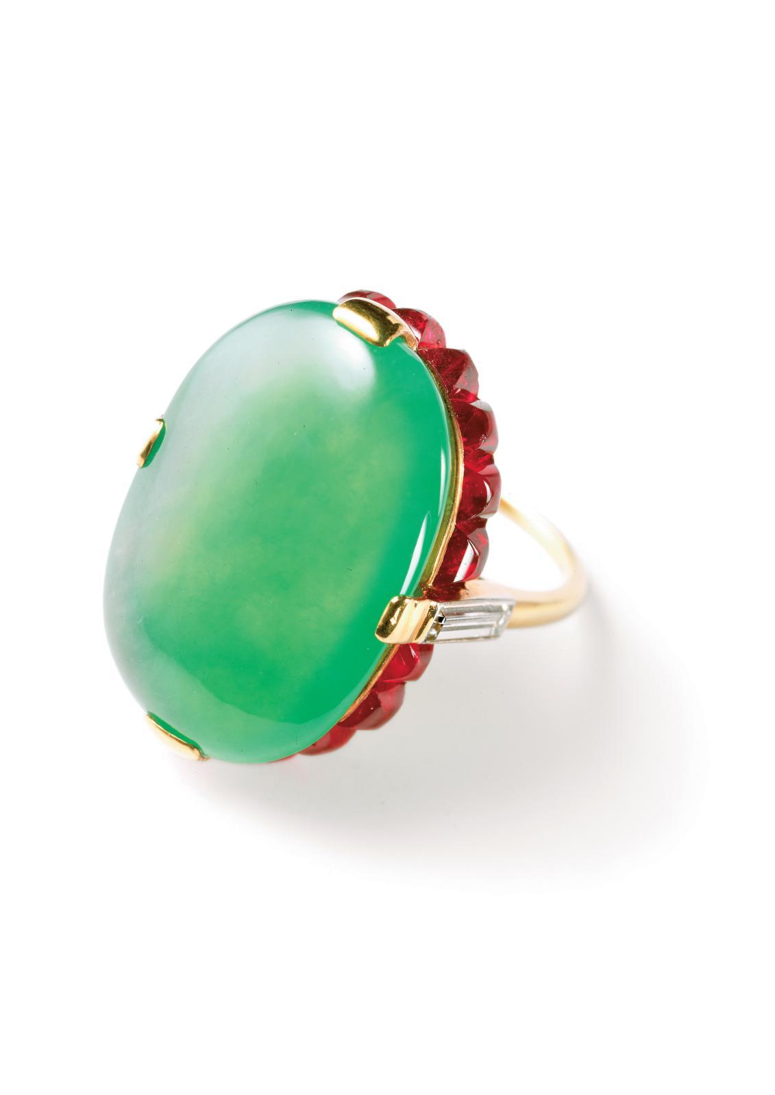 Cette bague fut réalisée par Cartier Paris en 1934, à la demande de Barbara Hutton. L'or jaune de l'anneau, les diamants taille baguette et les rubis