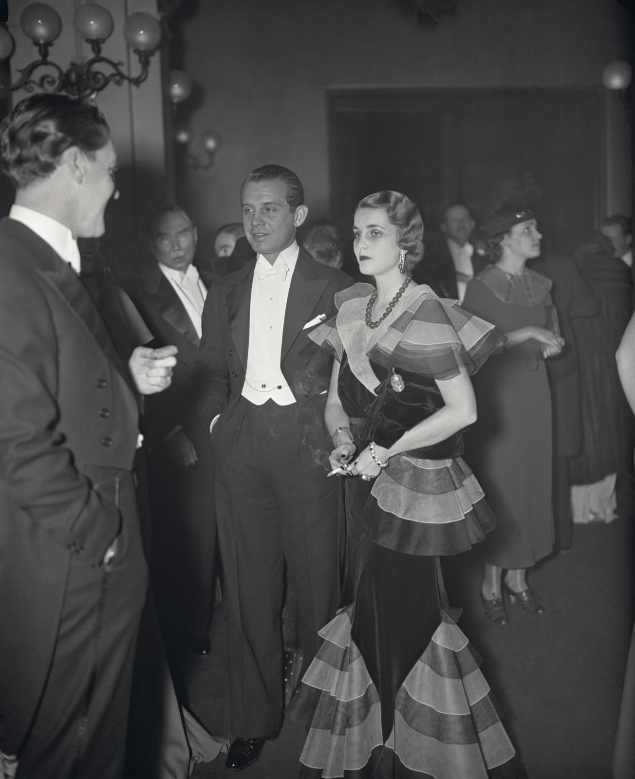Barbara Hutton et son mari le prince Alexis Mdivani, arrivant au Metropolitan Opera de New York, 1933, portant son collier en jade jadéite.