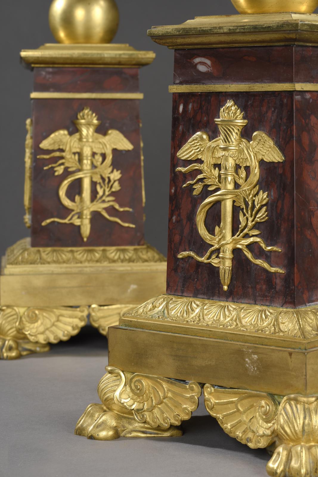 Paire de candélabres aux vestales en bronze satiné soutenant un bouquet en bronze doré à cinq lumières, bases de marbre rouge griotte, socles en bronz