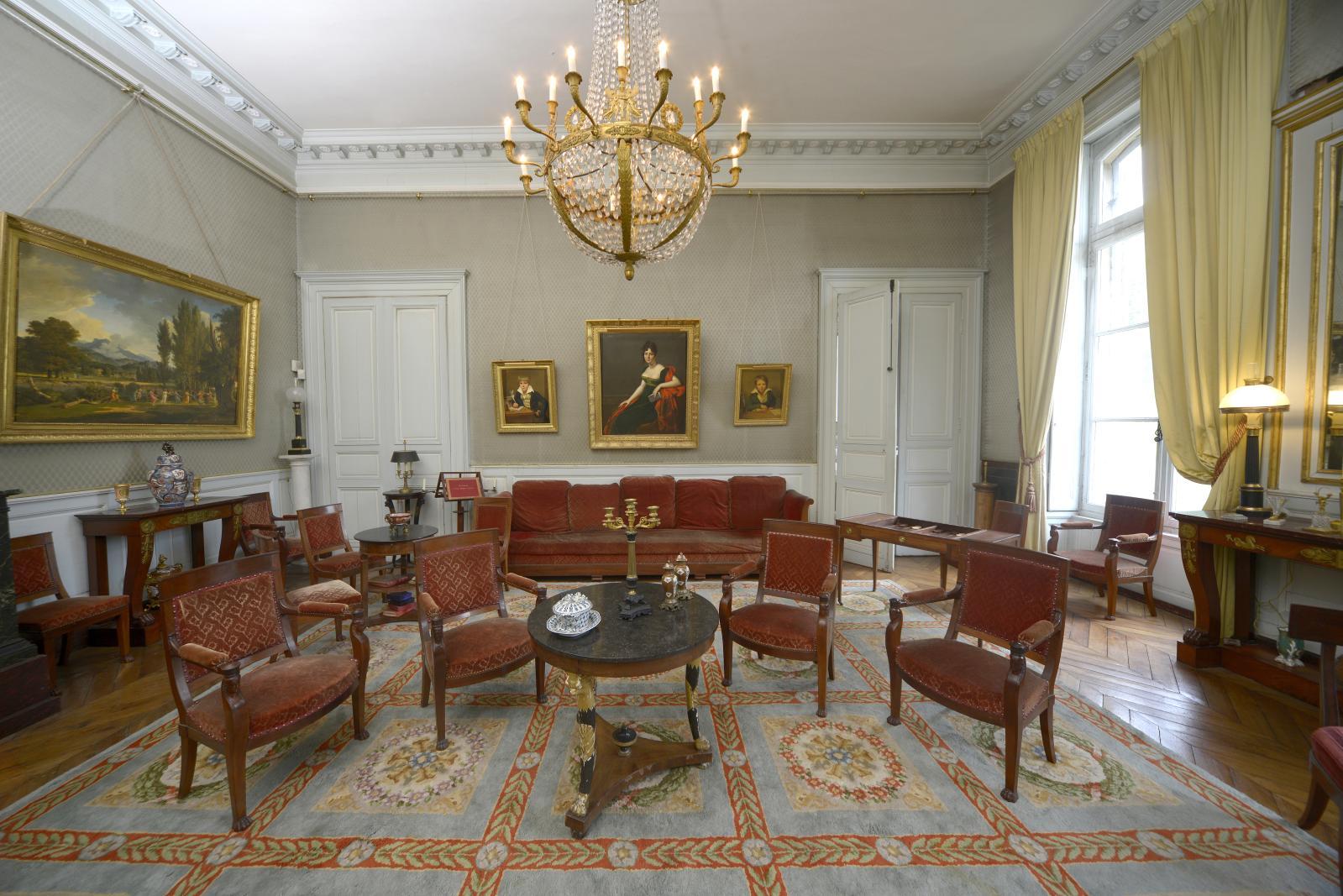 Vue du salon bleu, véritable period room consacrée aux premières années du XIXesiècle.