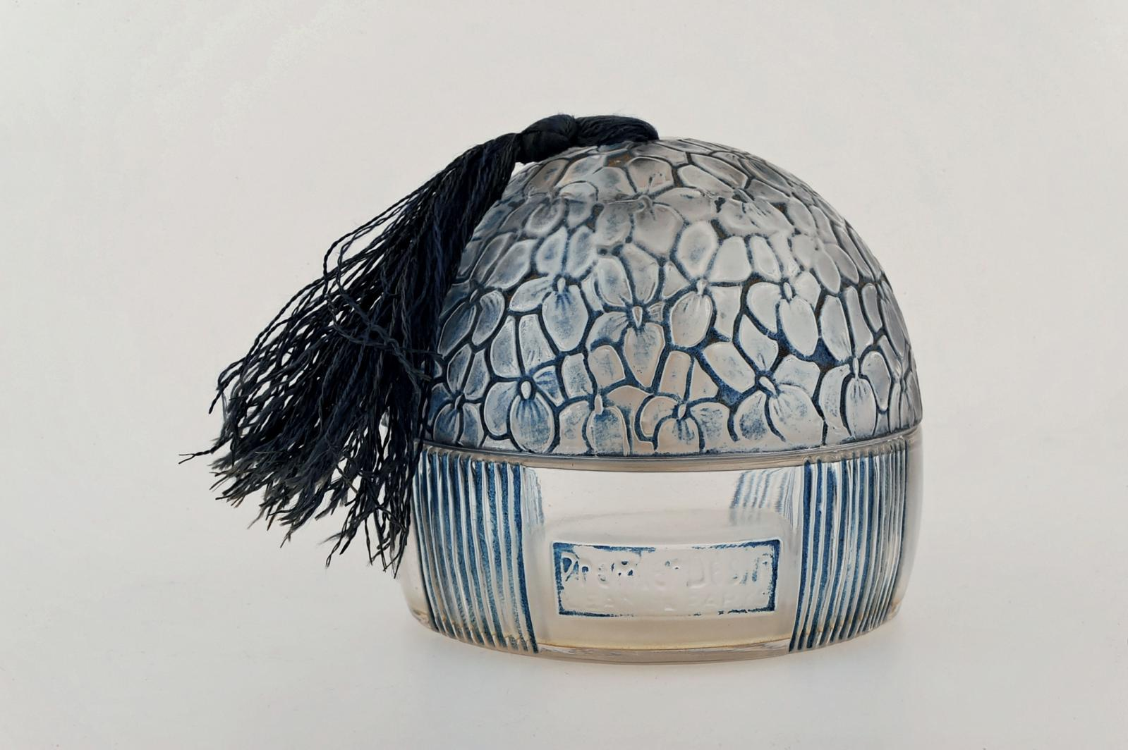 René Lalique pour Jean de Parys, Premier Désir, parfum lancé en 1923, flacon conçu en 1926, verre soufflé-moulé, diam.7,5cm. Paris, Drouot-Richelieu