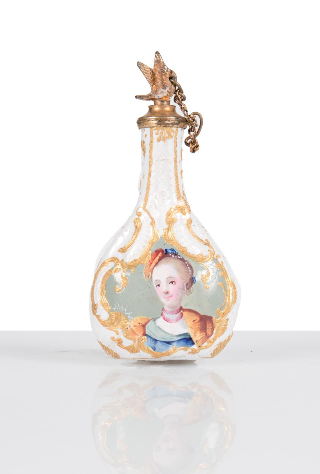 Angleterre, XVIIIesiècle. Flacon à parfum en cuivre émaillé polychrome et or, h.9,9cm. Marseille, 19février 2016. LeclereOVV. M.Lescop deMoÿ. A