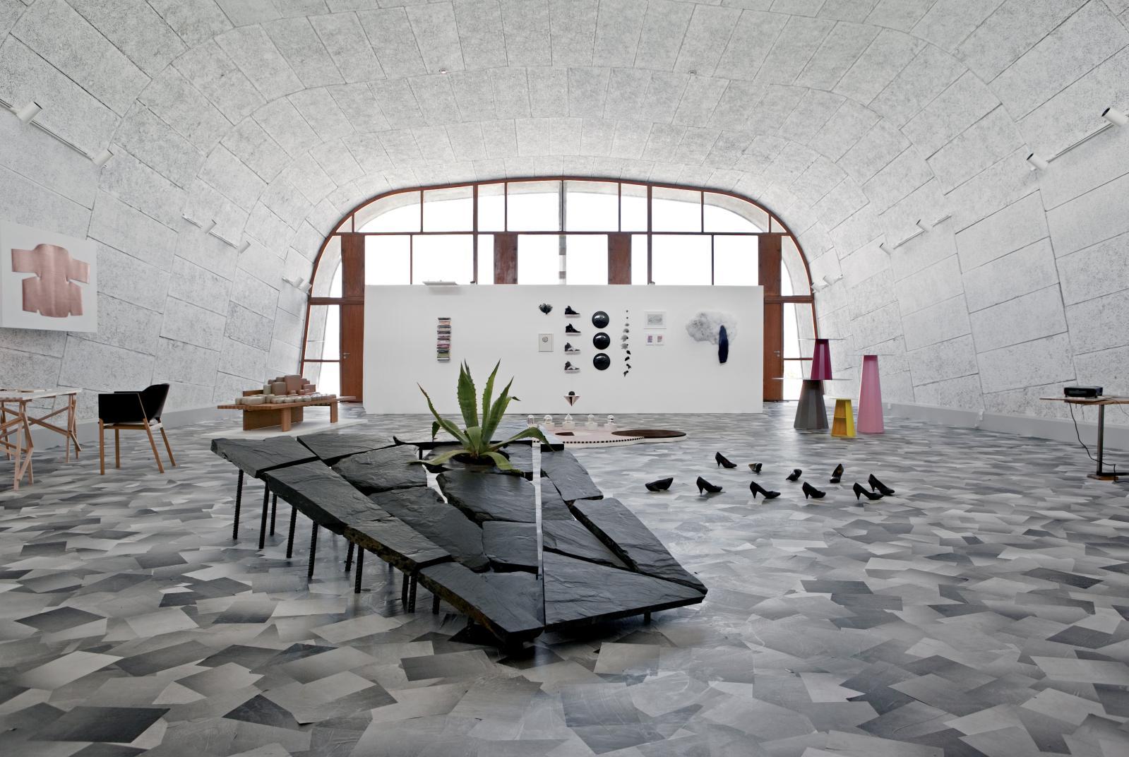 Vue de l'exposition «Résidence secondaire», présentée au MAMO - Centre d'art de la Cité radieuse à Marseille en 2013, avec au premier planGrand Opus,