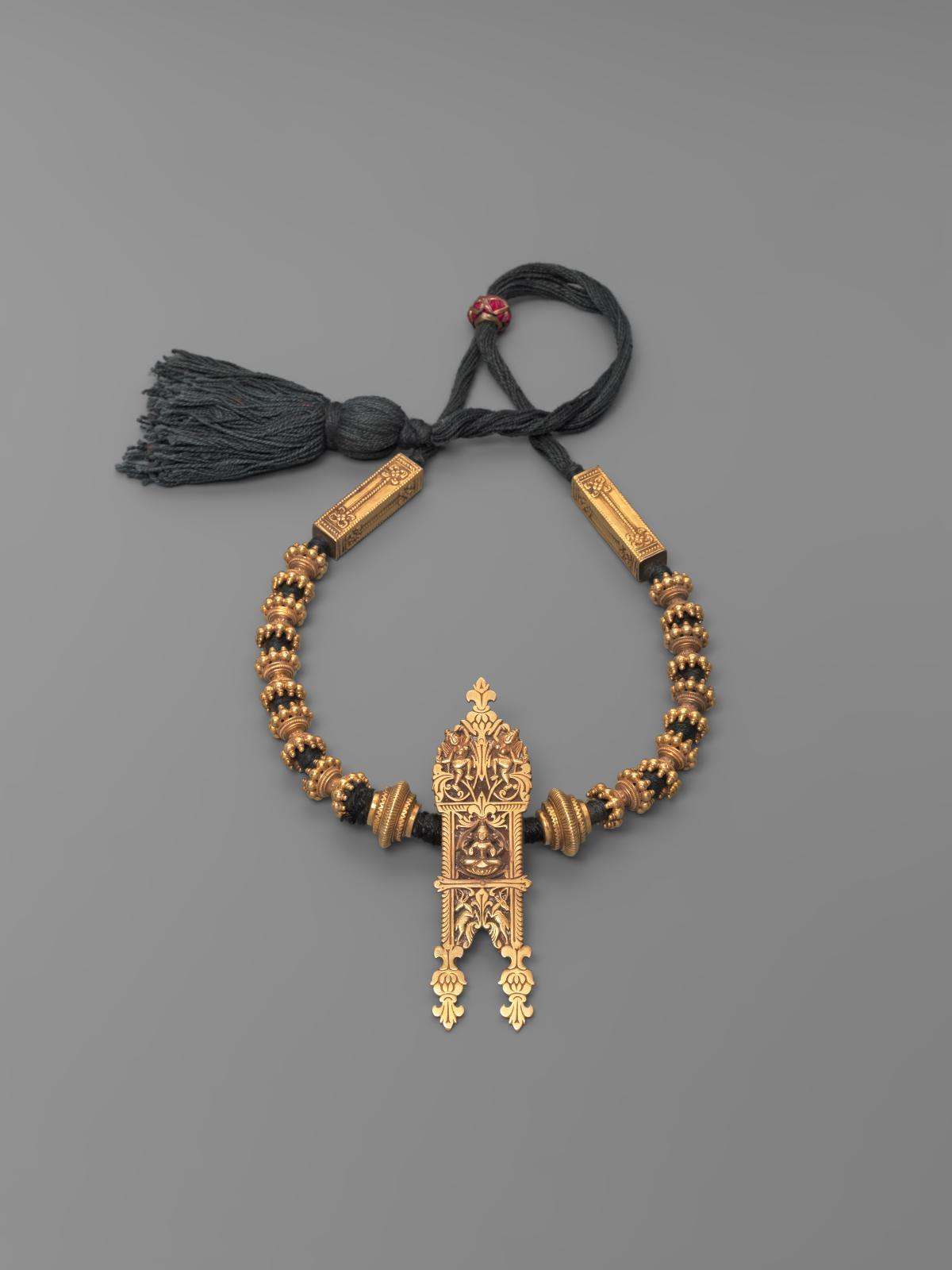 Collier avec pendentif thali, Inde, Tamil Nadu, or et coton, XIXe-XXesiècle, h.19,5cm.