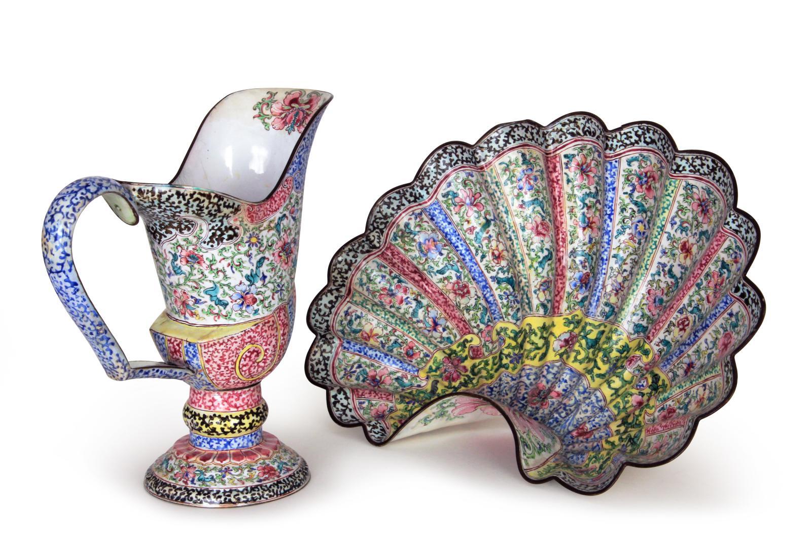 Ensemble formé d'une aiguière casque sur piédouche et son bassin, Chine, dynastie Qing, vers 1720-1745.