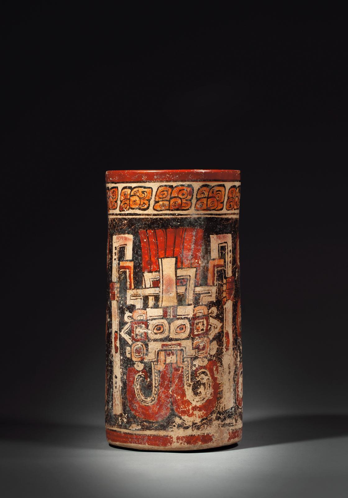 Culture maya, époque classique (600-900). Vase cylindre peint sur les parois externes de deux cartouches personnifiant le dieu de la pluie Chaac, terr