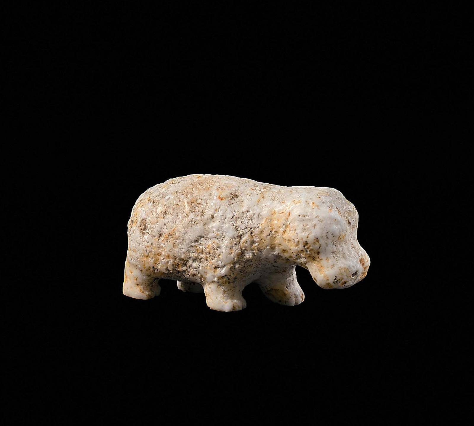 Égypte, Moyen Empire, 2050-1780av.J.-C. Hippopotame en pierre calcaire, 2,7x5,8cm. Galerie Eberwein, Paris.