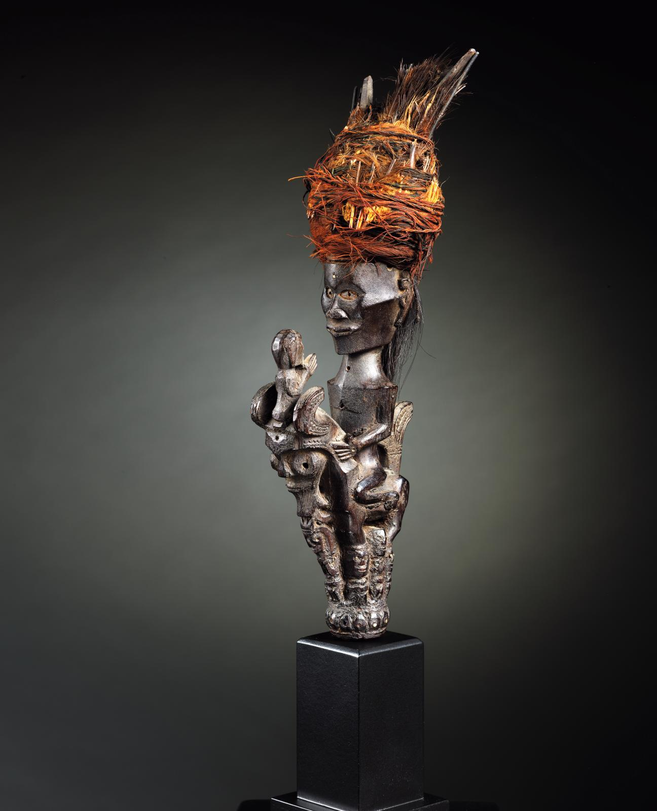 Karo Batak, Sumatra, XVIIIe-XIXesiècle. Sommet d'une canne de chamane tungkot malehat, bois, coton, cheveux, plumes, h.32,8cm. Galerie Thomas Murra