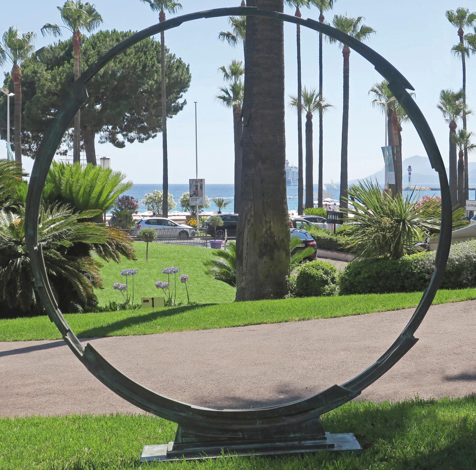 Le sculpteur italien Bruno Romeda (1933-2017) a vu le jour à Brescia. Son art repose sur l'assemblage de branchages, baguettes ou brindilles, pour for