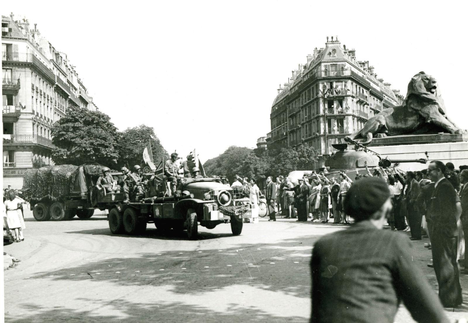 La 2edivision blindée place Denfert-Rochereau, le 25août 1944.