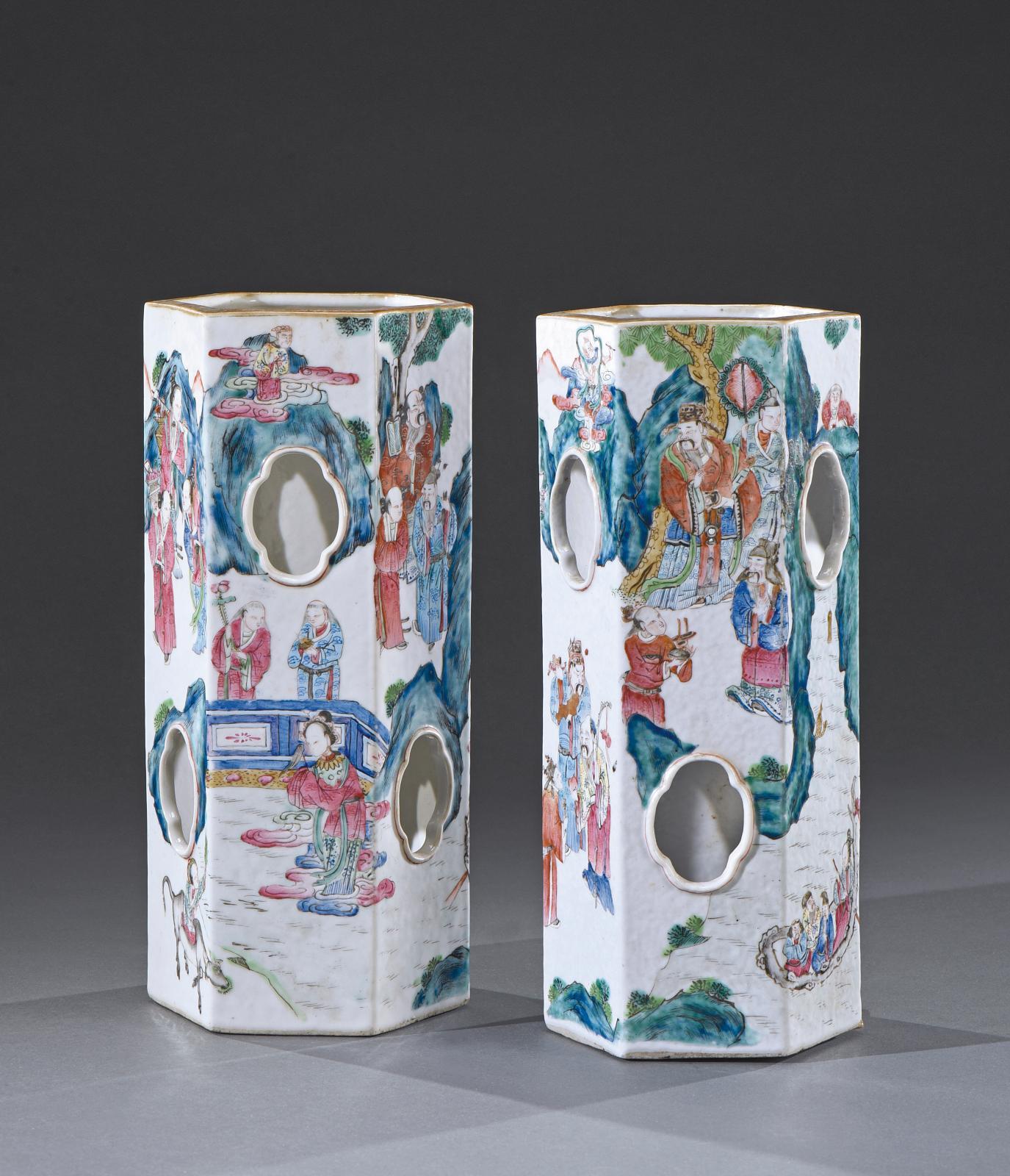 Chine XIXesiècle. Paire de vases hexagonaux en porcelaine, à décor polychrome de scènes de cour dans des jardins et paysages montagneux,