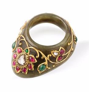 3900€ Art moghol, Inde, XIXesiècle. Bague d'archer en jade vert incrusté de diamants, émeraudes et rubis, l.4,3cm. Drouot, 24mai 201